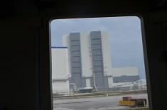 Portas gigantes do prédio de montagem de veículos espaciais