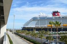 Vista do navio do estacionamento