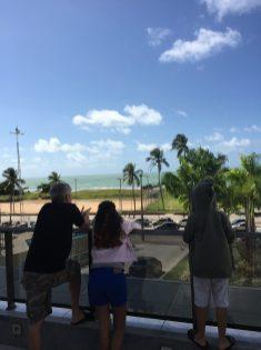 Área de lazer com vista para o mar