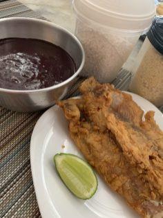 Peixe frito com açaí