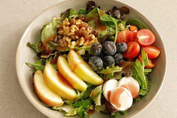 Ensalada de frutas y queso de cabra