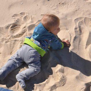 (C) Noah erkundet den Sandstrand von Bondi Beach