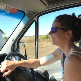 (C) Jule Reiselust: Jule fährt den Camper - bei australischen Straßenverhältnissen auch kein Problem