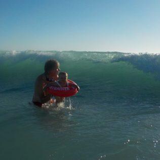 (C) Jule Reiselust: In den Wellen am Cable Beach.