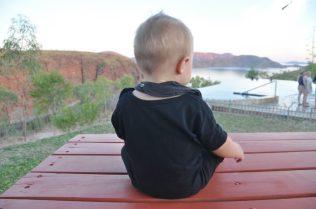 (C) Jule Reiselust: Noah geniesst die Aussicht über den Lake Argyle.