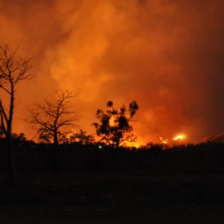 (C) Jule Reiselust: Nachthimmel erleuchtet von den Feuern am Bergkamm.