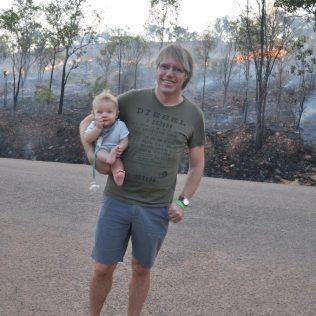 (C) Jule Reiselust: Ulli und Noah üben sich in australischem Relax - die Feuer sind unter Kontrolle.