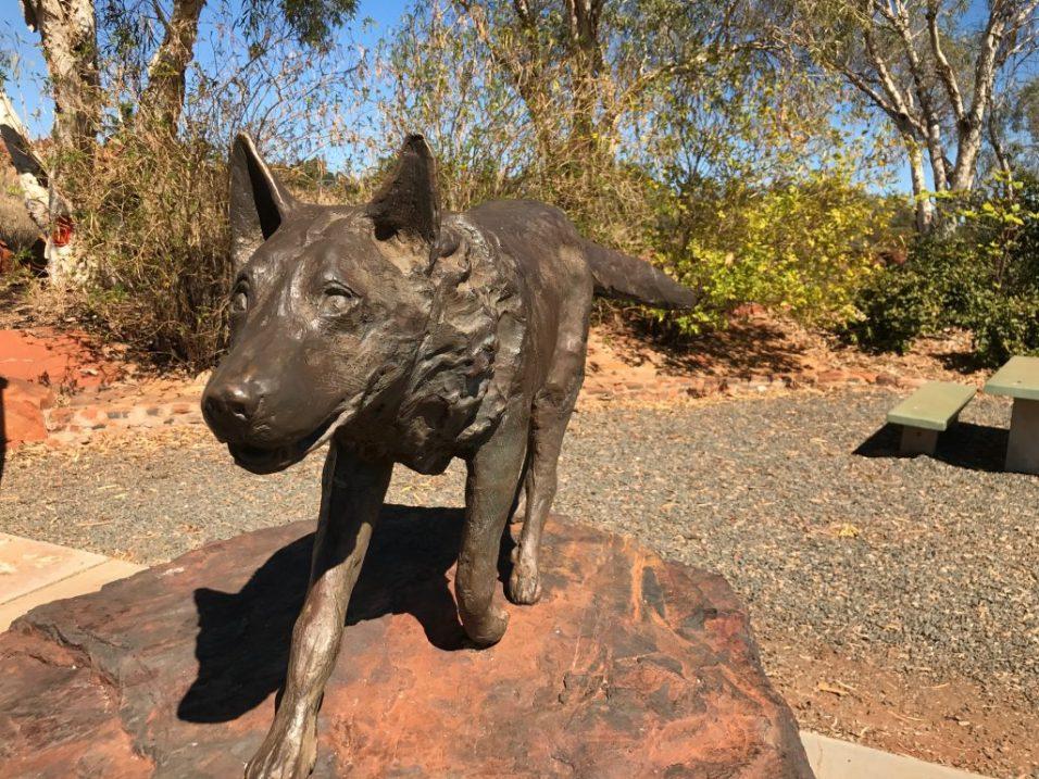 (C) Jule Reiselust: Red Dog Statue aus 3 t Eisenerz und Eisenerzgestein aus Tom Price.