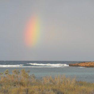 (C) Jule Reiselust: Regenbogen über dem Meer am Point Quobba Camping.