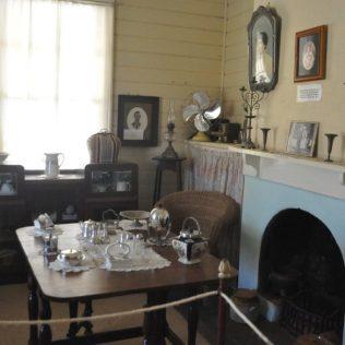 (C) Jule Reiselust: Die Gute Stube im Leuchtturmwärterhaus von Carnavon. Bis in die 80er Jahre war das Haus bewohnt.