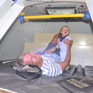 (C) Jule Reiselust: Ulli und Noah in der Saturn V Kapsel - der Trägerrakete für die Apollo Missionen.