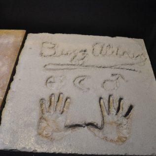 """(C) Jule Reiselust: Handabdrücke von Edwin """"Buzz"""" Aldren bei seinem Besuch in Carnavon."""
