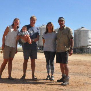 (C) Jule Reiselust: Familie mit Reiselust mit Familie Baker auf ihrer Farm.