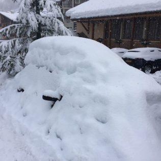 (C) Jule Reiselust: Reisen sollte man bei diesem Wetter nicht, dachte sich wohl dieser vernünftige Autobesitzer. Ob er wohl auf das Tauen im Frühling wartet?