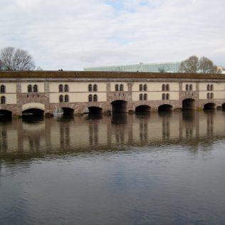 (C) Jule Reiselust: Vauban Damm als Teil der ehemaligen Befestigungsanlage. Heute ist eine Panoramaterasse auf dem Dach. Ist Postkartenblick auf die Grande Île.