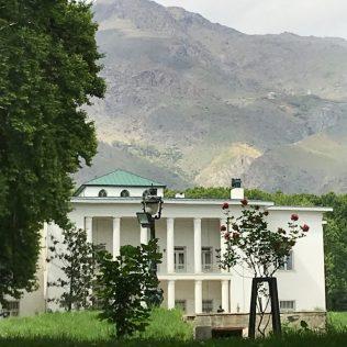 (C) Jule Reiselust: Der weiße Palast mit dem Elburs-Gebirge im Hintergrund.