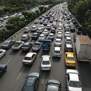 (C) Jule Reiselust: Das tägliche Verkehrschaos in Teheran. Aus einer Stunde Fahrt werden so schnell mal zwei obwohl die Spuren schon im Alleingang vervielfältigt werden.