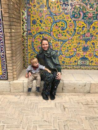 (C) Jule Reiselust: Jule und Noah vor der Fassade des Golestan Palast.