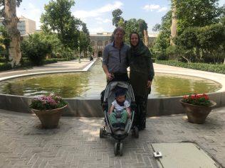 (C) Jule Reiselust: Familie mit Reiselust in der Parkanlage des Golestan Palast.