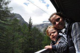 (C) Jule Reiselust: Jule und Noah genießen den Fahrtwind im Zug der Rhätischen Bahn.