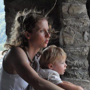 (C) Jule Reiselust: Jule und Noah genießen den Ausblick vom Castelgrande auf Bellinzona.