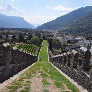 (C) Jule Reiselust: Die Wehrmauer des Castelgrande.