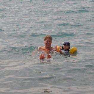 (C) Jule Reiselust: Ulli und Noah beim Baden im Mittelmeer.