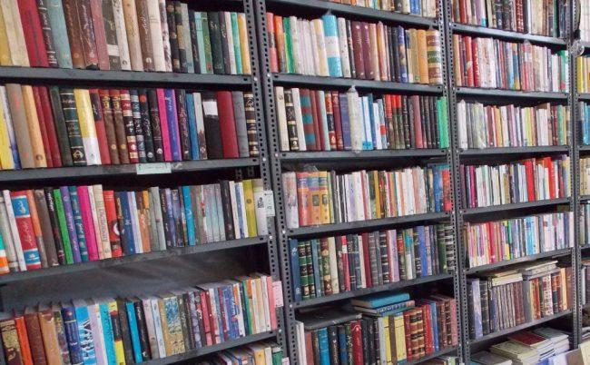 (C) Jule Reiselust: Überall in den Straßen Teherans gibt es Bücherläden, die ihre Ware auch bis auf die Straße ausstellen.