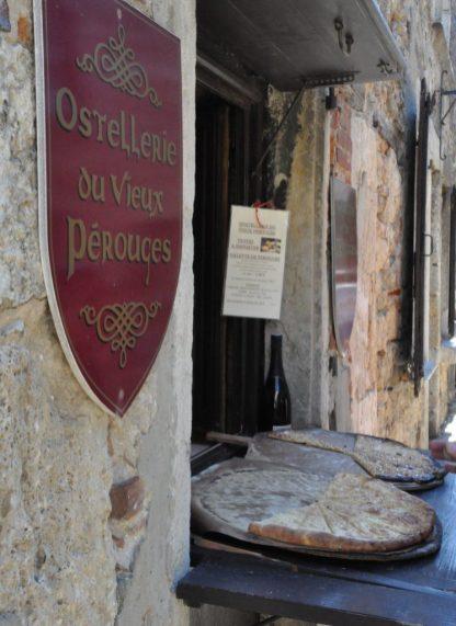 (C) Jule Reiselust: An jeder Ecke in Pérouges werden die Zuckerkuchen frisch aus dem Ofen verkauft.