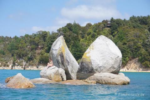 "Der ""Split Apple Rock"" im Abel Tasman Nationalpark/ Südinsel"