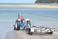 Wassertaxi-Transport mit Fordan Land mit dem Traktor