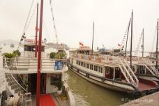 Ausflugsdampfer in der Halong Bucht
