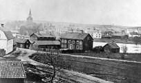 Köpmangatan i Eskilstuna på 1860-talet, med lasarettet i mitten. Källa: Eskilstuna.se.