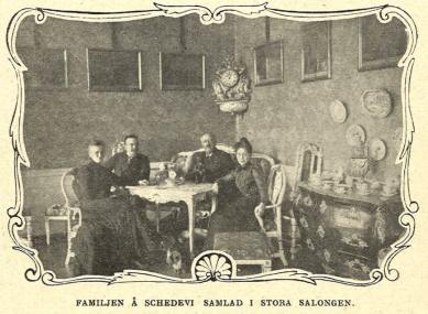 Familjen samlad i Stora Salongen på Schedevi: Esbjörn med hustru, samt dottern Naëma och sonen Nils.