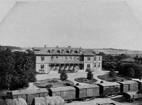 Skövde Vattenkuranstalt vid järnvägen 1892. Källa: Saj-banan.se.