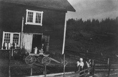 Ladugården på Boarp i Ekeby efter att den sålts till nya ägarna. På bilden syns Gideon Karlsson, Antonia Gustafsson och Tant Forssén. Krafttaget.com.