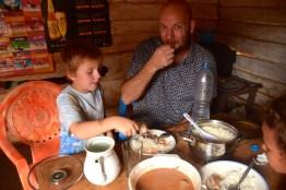 Familjen högg in med god apetit