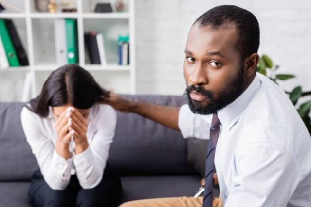 Une femme qui pleure à la suite du décès de son époux.