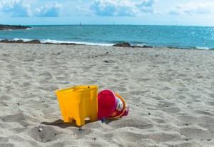 Un saut jaune et un saut rouge laissés sur une plage du Morbihan