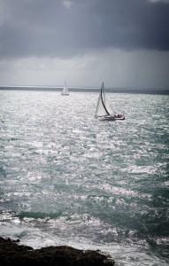 Deux voiliers dans l'océan au port du Crouesty dans le Morbihan