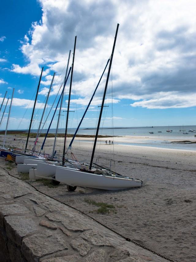 Voiliers sur la plage du Rohaliguen dans le Morbihan