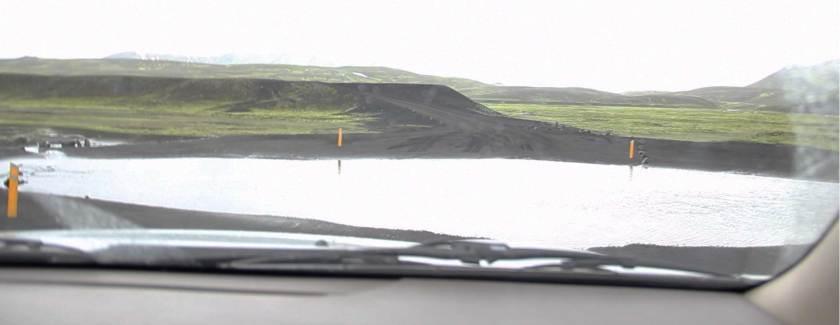 Une des rivières qu'on a traversé, pour rejoindre la route en face (entre les piquets jaunes)
