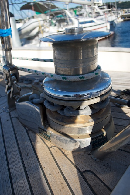 Then i connected it to the anchor (still using the small shackle), let it all go into the water, and brought jot back with the windlass. I did this exercise to confirm that the new chain would not skip a link in the gypsy (that's why i bought a 20ft length for the test)