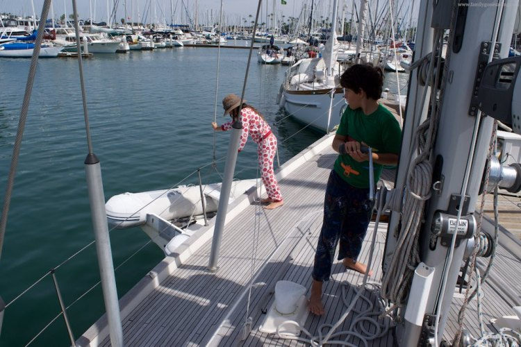 A strong halyard and a powerful winch make hoisting the heavy dinghy a child's play. Literally.