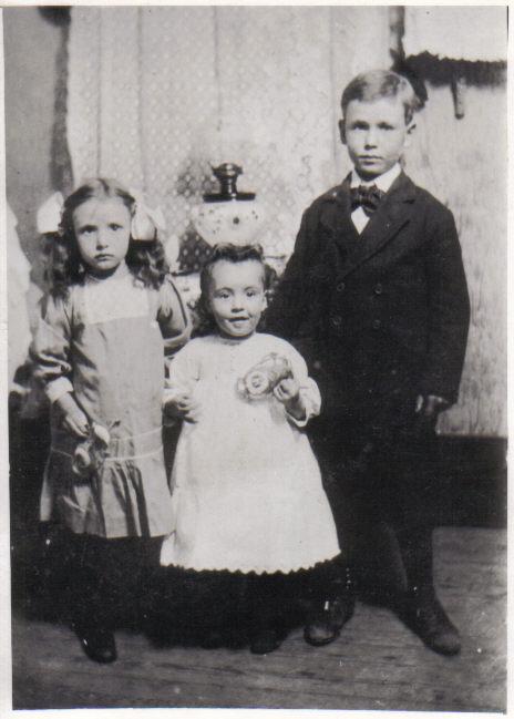 Della, Lola, and Charles Leslie Shults, circa 1911