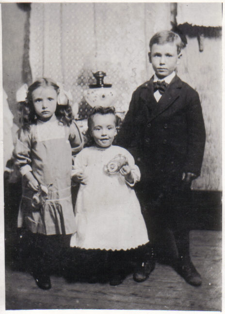 Della, Lola, and Charles Leslie Shults, circa 1911