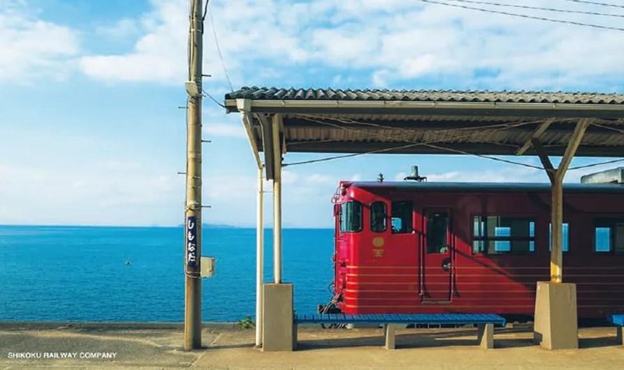 伊予灘ものがたり 海辺の駅に止まっている電車