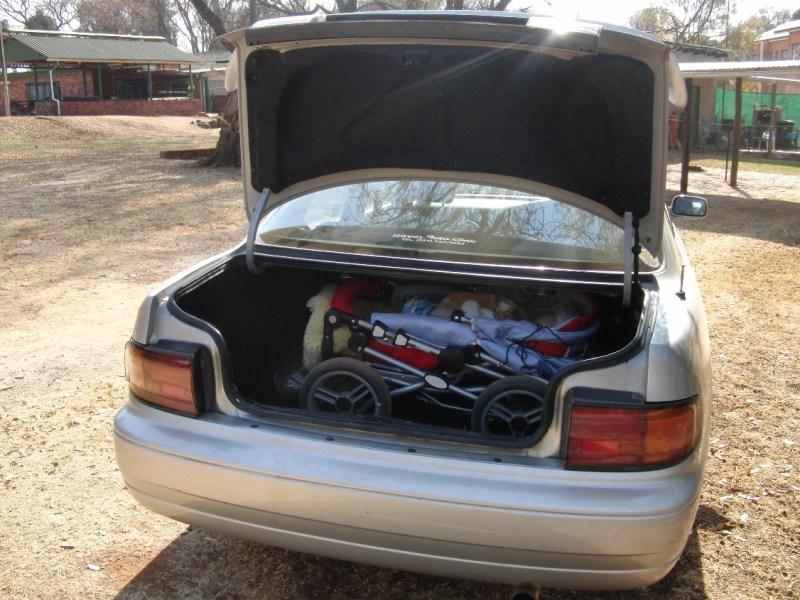 Der Kofferraum ist groß genug für Kinderwagen und jede Menge Taschen.