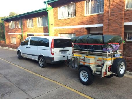 Vor der Abfahrt in Pretoria: Der Wagen und der Anhänger sind vollbeladen und alles fest verzurrt für die 5-6 Stunden Fahrt nach Lesotho.