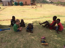 Typisch afrikanisch: Nach anstrengendem Spielen in der Sonne, muss man im Schatten des Baumes erstmal ausruhen.